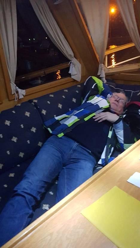 Jarmo Ahosen vointi huononi korkean verenpaineen ja diabetesoireiden vuoksi torstai-iltana Charlotte-laivalla.