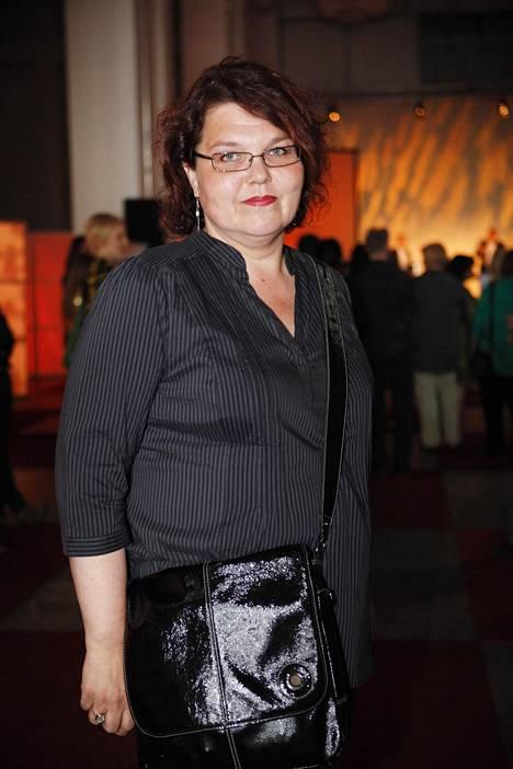 Kirjoittaja-näyttelijä Kaarina Hazard kuvailee Imagen kirjoituksessaan olleensa tuskastunut kuultuaan, että Sami Hedberg esittää Konttori-sarjan päähenkilöä.