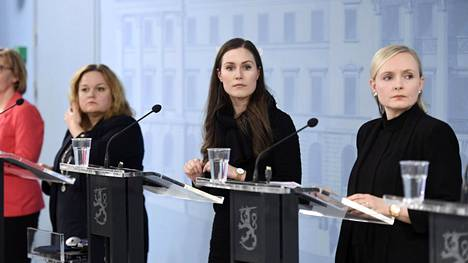 Perhe- ja peruspalveluministeri Krista Kiuru (vas.), pääministeri Sanna Marin ja sisäministeri Maria Ohisalo hallituksen tiedotustilaisuudessa Helsingissä 25. maaliskuuta 2020.
