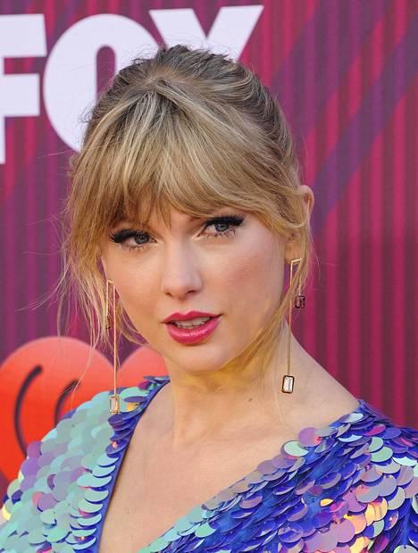 Taylor Swiftin otsis pidentyy verhomaisesti sivuille päin.