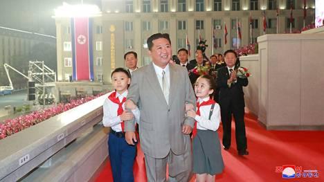 Pohjois-Korean johtajat esiintyivät siviilipuvuissa.