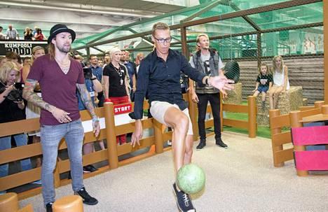 Pääministeri Alexander Stubb innostui potkimaan palloa teemapuiston avajaisissa.