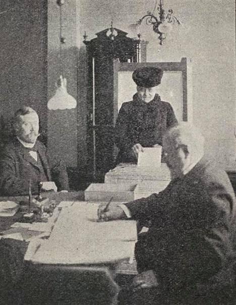 Nainen kävi äänestämässä Säätytalolla vuonna 1907.