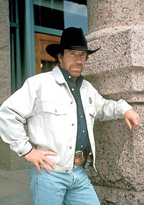 Monet muistavat Norrisin etenkin Walker, Teksasista -sarjan lempeänä nyrkkisankarina. – En elokuvissani käytä väkivaltaa, jollei ole pakko. Väkivalta ei ole oikea ratkaisu, vaan rakkaus, tähti on todennut.