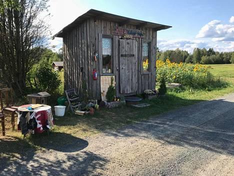 Kyläkauppa, koju, kojunen, miksi sitä nyt tahtookaan kutsua, rakennettiin vartavasten. Mäntyharjun naapurikunnassa Pertunmaalla Kuortin kylässä on maitolaiturikirjasto, johon jokainen saa tuoda tai viedä kirjoja mielensä mukaan.