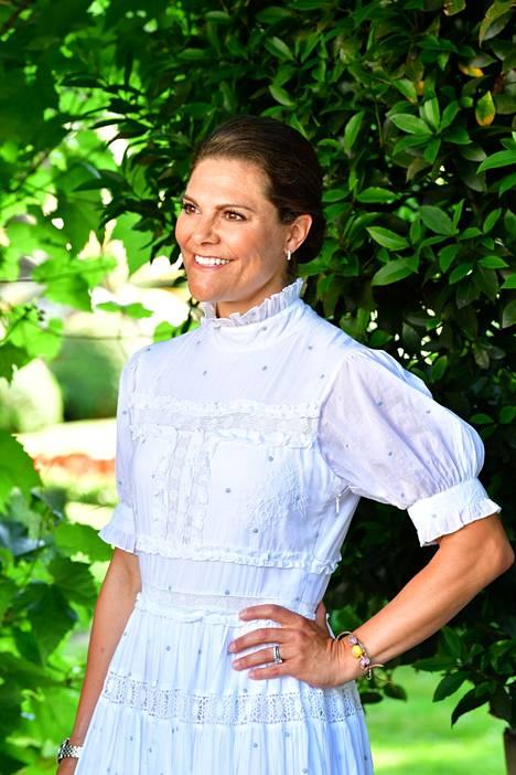 Kruununprinsessa Victoria on pukeutunut kauniiseen valkoiseen mekkoon syntymäpäivänään.