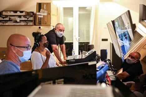 Wirtanen tarkkaili kauden ensimmäisten bileiden kulkua monitoreiden läpi.