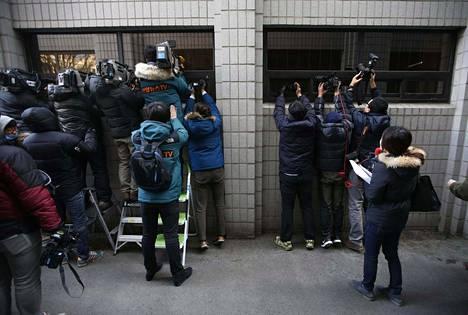 Pähkinäraivoksi lehdistössä nimetyn oikeusjutun käsittely kiinnosti paikallisia tiedotusvälineitä Korean Soulissa torstaina.