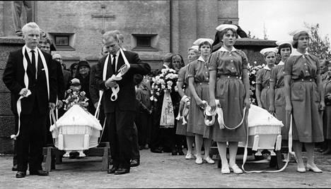 Sairaanhoitajaoppilaat ja omaiset kantoivat arkut Taulumäen kirkosta.