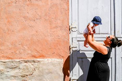 """""""Vasta nyt, lähes neljä kuukautta syntymästä, koen että meille on muodostunut jo syvempi side ja osaan nauttia äitiydestä"""", Sarah Honkaniemi kertoo."""