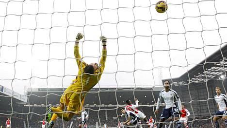 Danny Welbeck puskee Arsenalin voittomaalin West Bromwichia vastaan.