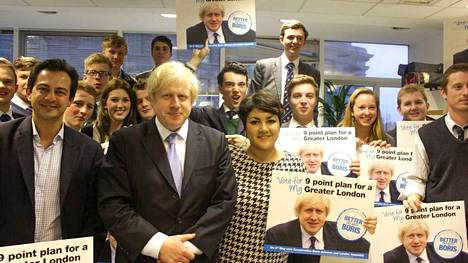 Analta takavarikoidussa tietokoneessa oli runsaasti kuvia poliittisista tapahtumista, sillä hän on ollut Britanniassa mukana konservatiivipuolueen nuorisojärjestön toiminnassa. Kuvassa hän poseeraa Britannian nykyisen pääministerin Boris Johnsonin kanssa.
