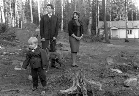 Einojuhani Rautavaara kotipihalla poikansa Markojuhanin ja vaimonsa Mariaheidin kanssa vuonna 1963.