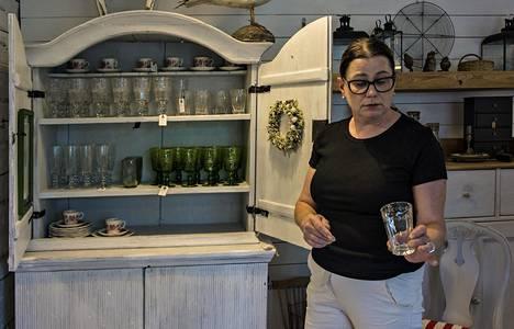 Heidi Helén esittelee hienostuneen Antik Helénin lasivalikoimaa Kokkolassa.