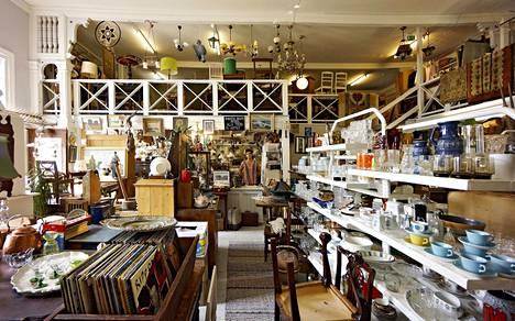 Alla Tiders Antikt on ihastuttava kokoelma kaikkea mahdollista vanhaa tavaraa Pietarsaaren Strengberginkadulla.
