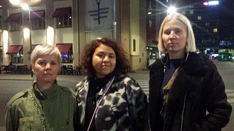 Pia Tolvanen (vas.), Sumi Moreno ja Hanna Ruax pysähtyivät hiljentymään Asema-aukiolle.