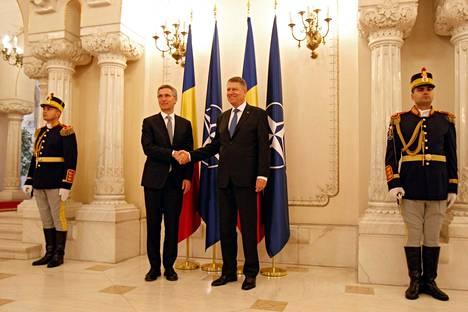 Naton pääsihteeri Jens Stoltenberg on tänään Romaniassa vihkimässä ohjuspuolustusta käyttöön. Stoltenbergin otti vastaan Romanian presidentti Klaus Iohannis (vas.).