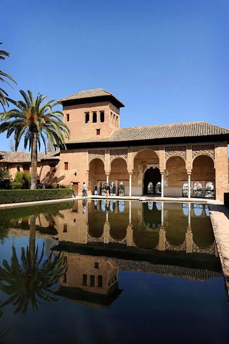 Etelä-Espanjan vierailluin nähtävyys on Granadassa oleva Alhambra palatseineen ja puutarhoineen.