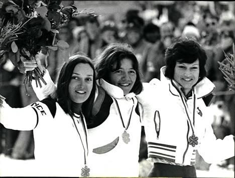 Hanni Wenzel (nykyään Weirather, kuvan keskellä) on Liechtensteinin kaikkien aikojen menestynein urheilija. Vuonna 1974 hän voitti 18-vuotiaana pujottelun MM-kultaa St. Moritzissa. Hänen miehensä on syöksylaskun itävaltalainen maailmanmestari Harti Weirather ja tyttärensä vauhtilajien tähtiin kuuuva Tina Weirather.