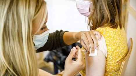 Jos henkilö on saanut molemmat rokoteannokset, sairastanut koronan ja saanut yhden rokoteannoksen tai sairastanut koronan alle puolen vuoden sisään, henkilöllä katsotaan olevan immuniteetti, ja karanteeni jää yksilökohtaisen harkinnan varaan.