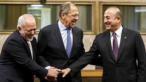 Venäjän ulkoministeriä Sergei Lavrovia (kesk.) ja Turkin ulkoministeriä Mevlüt Cavusoglua (oik.) nauratti, kun heidät kuvattiin YK:n päämajassa Genevessä pari viikkoa sitten. Tuolloin ilonpidossa oli mukana myös Iranin ulkoministeri Mohammad Javad Sharif.