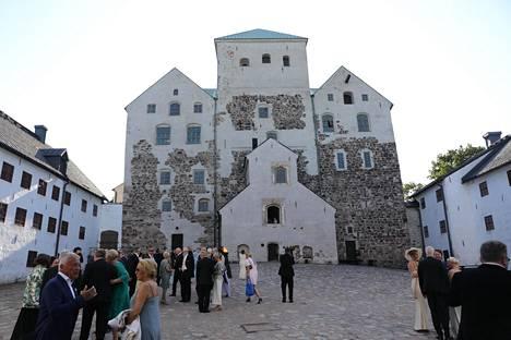 Häävieraat suuntasivat Turun tuomiokirkolta Turun Linnaan, jossa varsinaista hääjuhlaa vietettiin yön pikkutunneille asti.