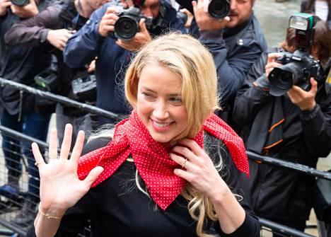 Amber Heard kuvattuna matkalla oikeuteen Lontoossa.