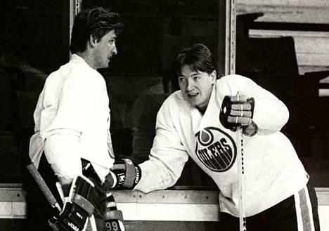 Vaikka Edmonton Oilersin kenttäpelaajiin kuului Wayne Gretzkyn (vas.) ja Jari Kurrin kaltaisia tehoihmeitä, mestaruuksien tärkein lenkki Kurrin mukaan huhki tolppien välissä.