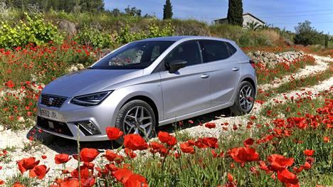 Seat Ibiza on yllättäen ensimmäinen auto, jossa VW-yhtymän uusi MQB A0 -perusrakenne. Ratkaisun myötä Ibizan sisätilat ovat kasvaneet huomattavasti. Myös ajettavuus on entisestään pätevöitynyt. Kolmionmuotoiset led-ajovalot sekä lukuisin linjoin ja muotoleikkauksin korostettu keula tekevät etuilmeestäkin nykyaikaisen.