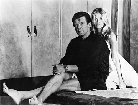 Britt Ekland on tunnettu erityisesti näyteltyään Bond-tyttöä 007 ja Kultainen ase-elokuvassa Roger Mooren kanssa.