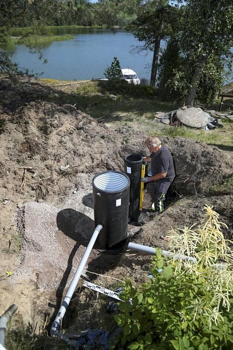 Kaivot tulee saada suoraksi. Koska massakaivo on hieman suodatinkaivoa korkeampi, joutui Grönberg kaivamaan massakaivolle noin kahdeksan senttimetriä syvemmän kuopan. Vesi liikkuu järjestelmässä painovoiman avulla, joten jokaisen järjestelmän osasen tulee olla edellistä hieman matalammalla.