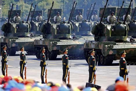 Kiina on nouseva sotilasmahti, joka esittelee voimaansa yhä avoimemmin. Kuva sotilasparaatista Pekingistä vuodelta 2015.