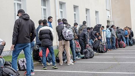 Turvapaikanhakijoita saapuu Tornion järjestelykeskukseen syyskuussa 2015.