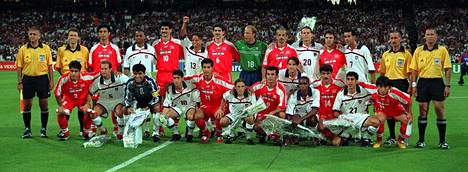 Iranin ja Yhdysvaltojen joukkueet poseerasivat yhteiskuvassa ennen ottelun alkua.
