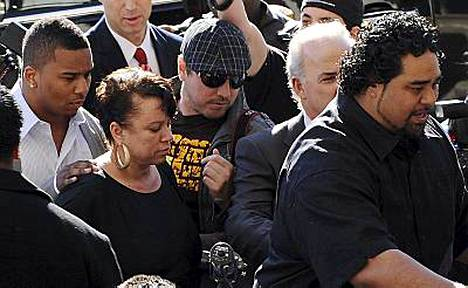Chris Brownin äiti Joyce tuki poikaansa oikeudessa.