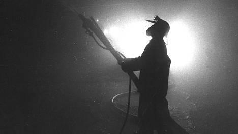 Kuva Outokumpu Oy:n Kotalahden kaivoksesta on vuodelta 1974. Työuraeläkkeelle päässyt Kari aloitti työnsä samassa kaivoksessa vuonna 1971 vasta 16-vuotiaana.
