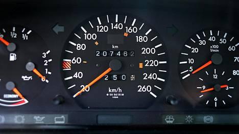 Oikea vai väärennetty lukema? Matkamittarilukemaa kannattaa arvioida ennen käytetyn auton ostoa.