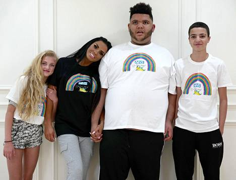 Katie Price kuvattuna lastensa Princessin, Harveyn, ja Juniorin kanssa.
