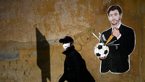 Laika-nimisen italialaistaiteilijan graffiti esittää Juventus-pomo Andrea Agnelliä puhkaisemassa jalkapalloa.