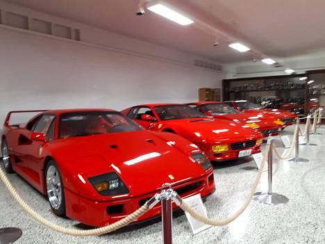 Juha Kankkusen Ferrarit ojennuksessa.