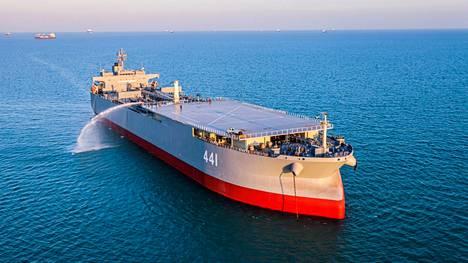 Makran on vanha öljytankkeri, josta Iran on uudistanut sotalaivan lisäämällä siihen muun muassa helikopterikannen.