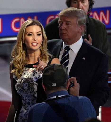 Trump saapui väittelyyn tyttärensä Ivankan kanssa.