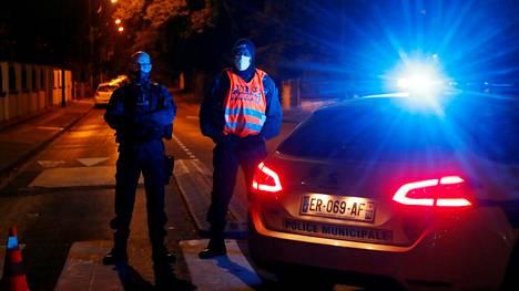 Poliisi tapahtumapaikalla Pariisin lähistöllä perjantai-iltana.