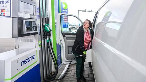 Anne-Mari Ollila tankkasi Hermannin Rantatien Nesteellä torstaina 2. huhtikuuta ja oli mielissään polttoaineen hinnan laskusta. Suomen kuluttajahinnoissa öljyn maailmanmarkkinahinnan lasku näkyy viiveellä.