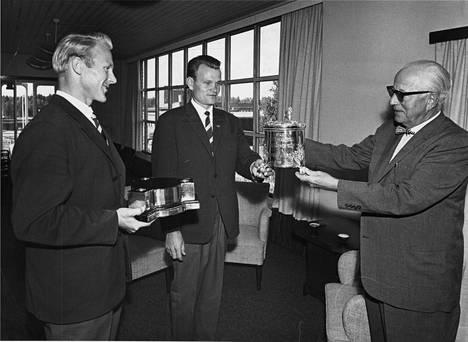 Säteri Oyn toimitusjohtaja K.A. Wrede ihailee Henleyn regatan kiertopalkintoa vuonna 1962.