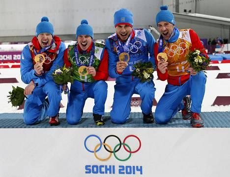 Aleksei Volkov, Jevgeni Ustjugov, Anton Shipulin ja Dmitri Malyshko juhlivat viestikultaa Sotshissa 2014.