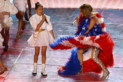 Jennifer Lopezin kanssa lavalla Super Bowlin puoliaikashow'ssa nähtiin hänen tyttärensä Emme.