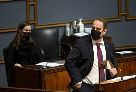 """Perussuomalaisten Jani Mäkelän näkemys on, että Suomen kaltaiset """"ahkerat ja rehelliset maat"""" joutuvat maksajan paikalle."""