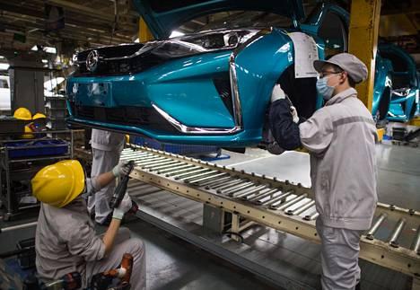 Työntekijöitä autotehtaalla Wuhanissa tiistaina.