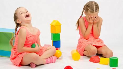 Jos toisella on paha mieli, miten lapsesi reagoi? Myötätuntoa voi kehittää.